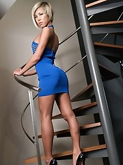 Miran is showing off her slender body in this blue dress